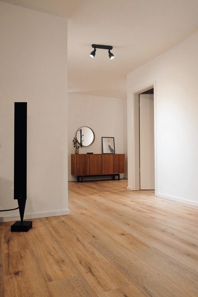 Wycyklinowanie podłogi to jeden z tanich sposobów na podwyższenie wartości mieszkania na sprzedaż
