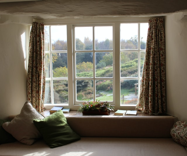 Stare okna potrafią zniechęcić do zakupu mieszkania. Czasem warto rozważyć ich wymianę przed sprzedażą.